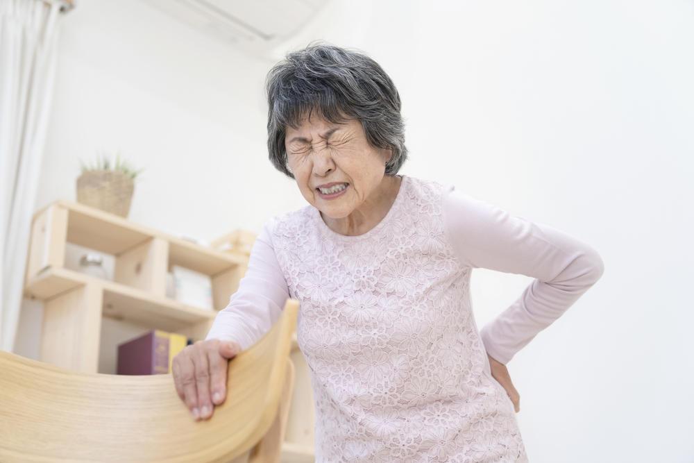 円背(えんぱい)とは?放っておくと骨折・誤嚥などの危険が潜む|介護のコラム