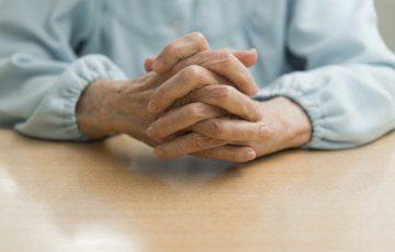 「家族懇談会の有無」や「職員の表情」は要チェック!虐待が起こらない老人ホームの見抜き方|老人ホームのコラム