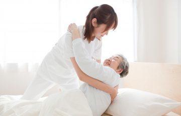 床ずれを防ぐ、体位交換のコツ-寝たきり介護では必須の技術!|介護のコラム