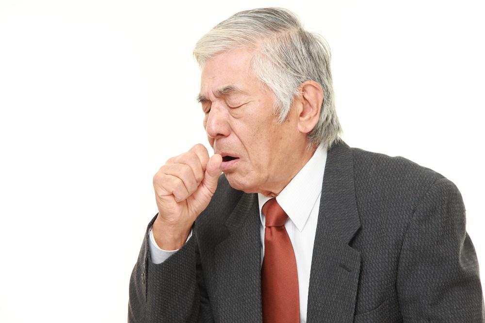 息が苦しいのはCOPD(慢性閉塞性肺疾患)? 代表的な症状や原因などを解説