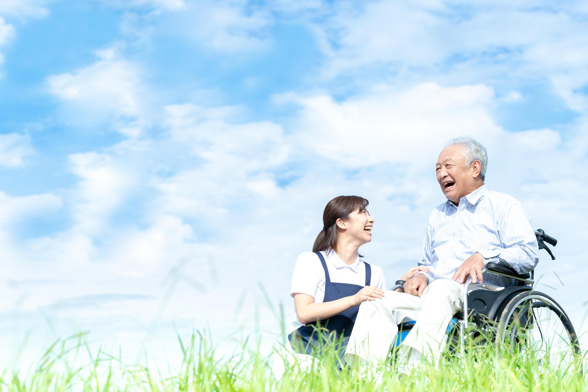 介護保険だけでは不十分!? 日本の少子高齢化を支える「地域包括ケアシステム」の重要性|介護のコラム